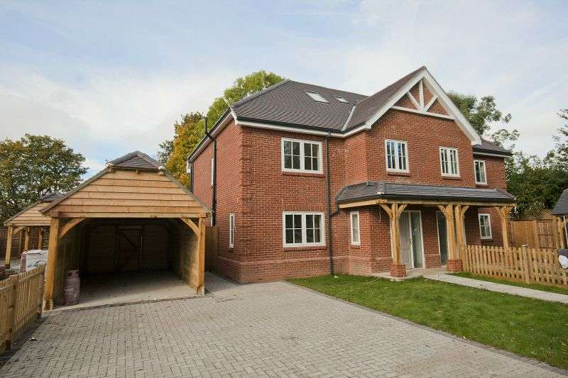 4 Bedrooms Semi Detached House for sale in Lambourne Place, Ickenham