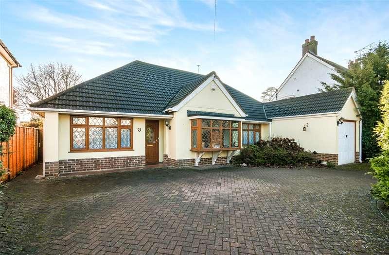 3 Bedrooms Detached Bungalow for sale in Silverlea Gardens, Horley, Surrey, RH6