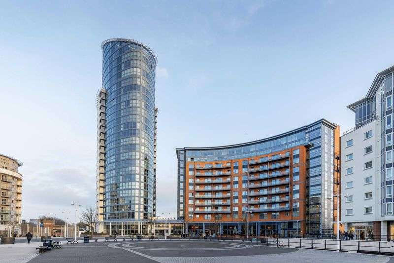 2 Bedrooms Flat for sale in No.1 Building, Portsmouth