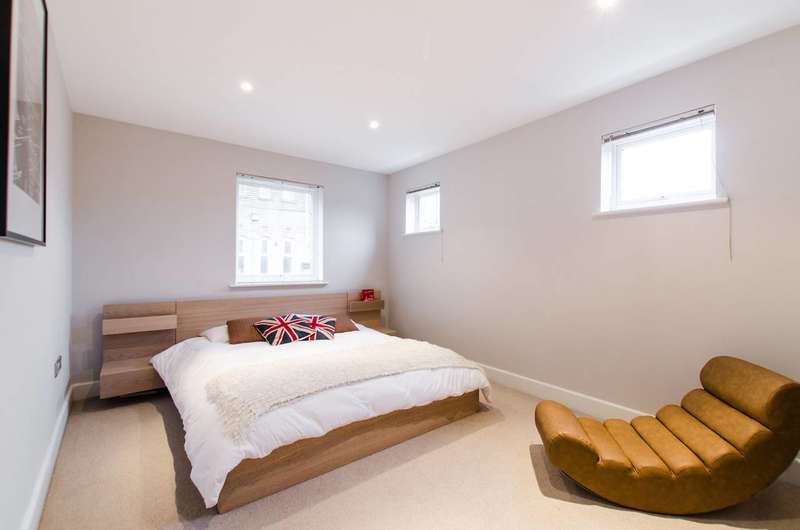 2 Bedrooms Flat for sale in Rochelle Close, Clapham Junction, SW11