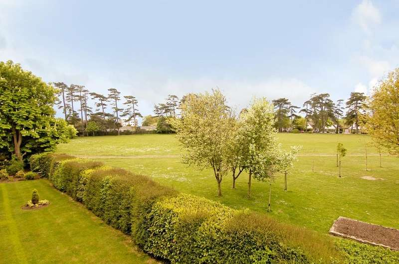 2 Bedrooms Flat for sale in HIGHCLIFFE ON SEA