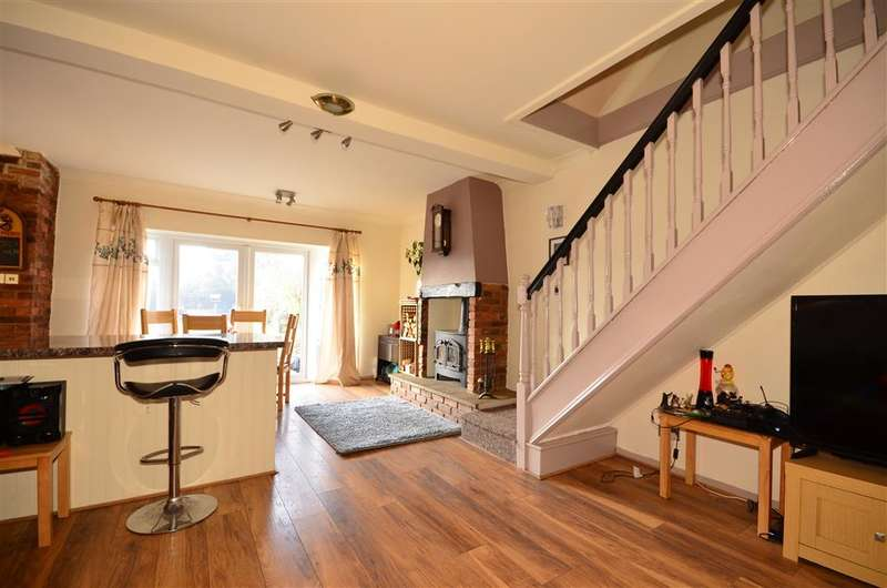 2 Bedrooms Semi Detached House for sale in Second Avenue, Wickford, Essex