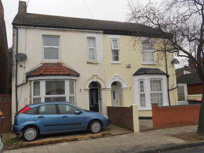 3 Bedrooms Semi Detached House for sale in Iddesleigh Road, Queens Park, Bedford, Bedfordshire