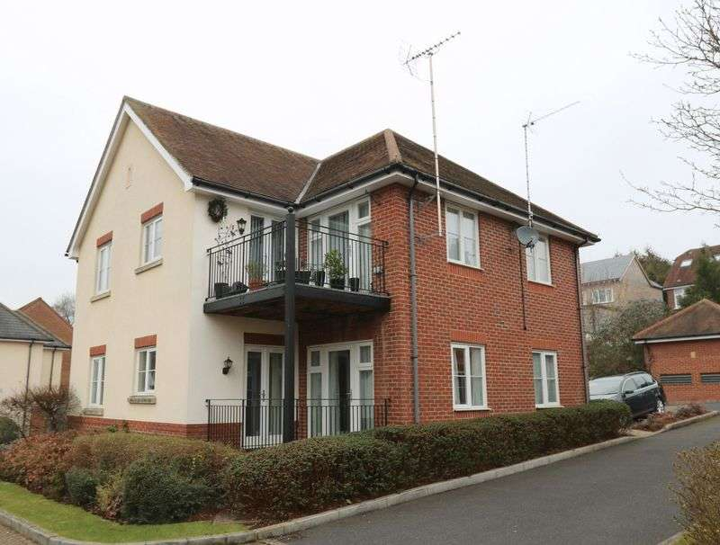 2 Bedrooms Flat for sale in Delightful property on the outskirts of High Wycombe