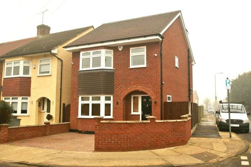 4 Bedrooms Detached House for sale in Thames Close, Rainham