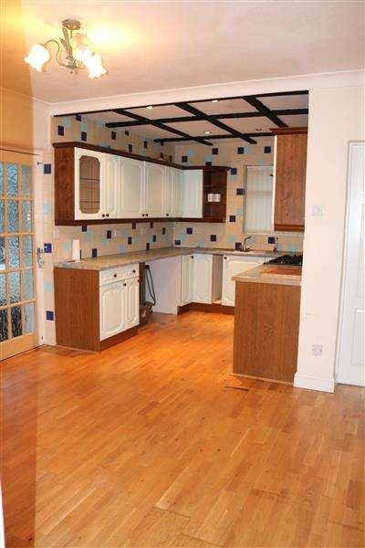 4 Bedrooms Bungalow for sale in Lyndhurst Crescent, Leeds