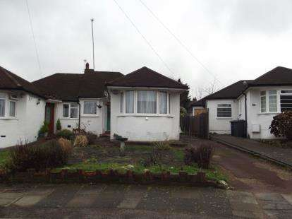 2 Bedrooms Bungalow for sale in Derwent Avenue, Barnet