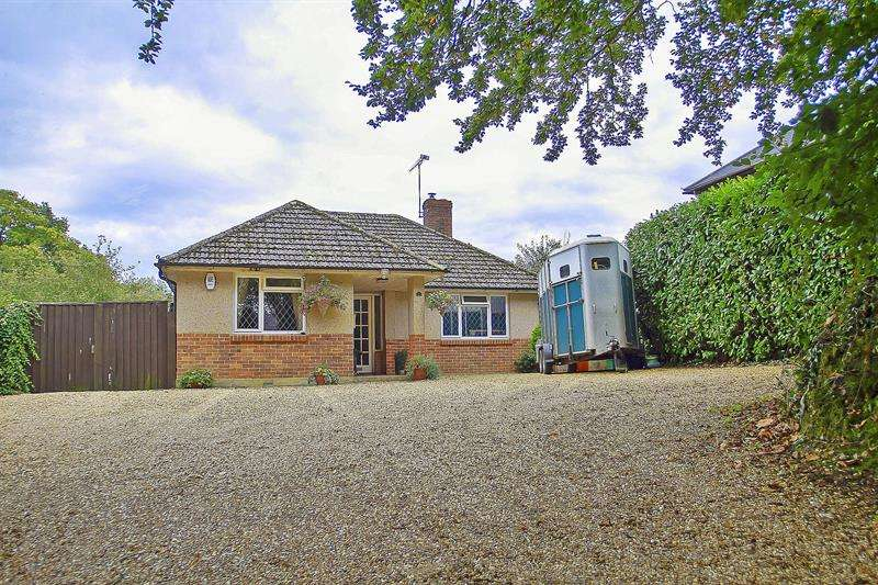 3 Bedrooms Bungalow for sale in Pond Head, Holt, Wimborne