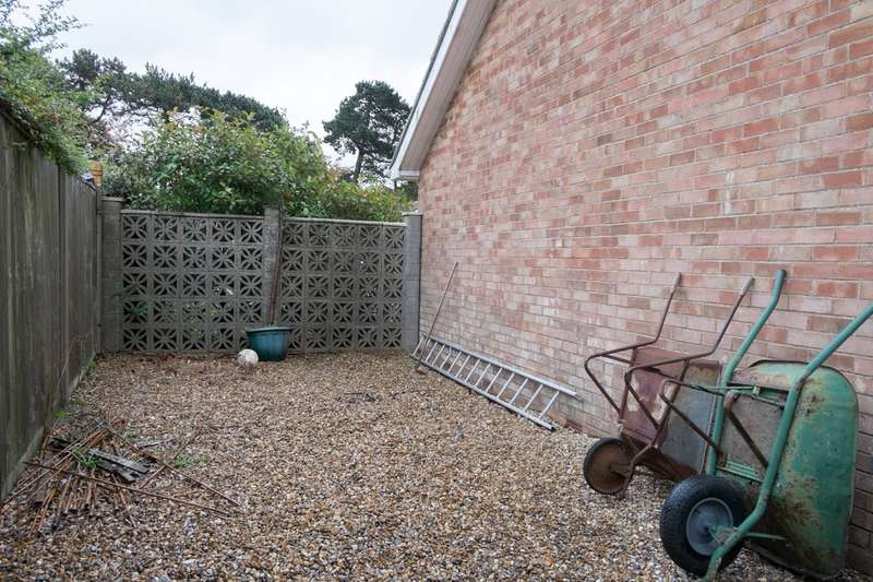 3 Bedrooms Detached Bungalow for sale in Brooke Avenue, Caister-On-Sea