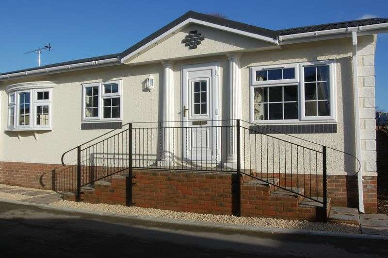 1 Bedroom Detached Bungalow for sale in One bedroom Park Home in central Alresford