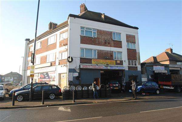 2 Bedrooms Apartment Flat for sale in Wilkin House, Staines Road, Feltham