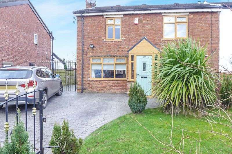 3 Bedrooms Terraced House for sale in Simister Lane, Prestwich