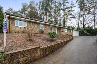3 Bedrooms Bungalow for sale in Woodside Close, Storrington, Pulborough, West Sussex