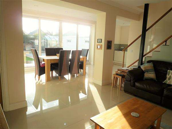 4 Bedrooms Bungalow for sale in Heol Nest, Whitchurch, Cardiff