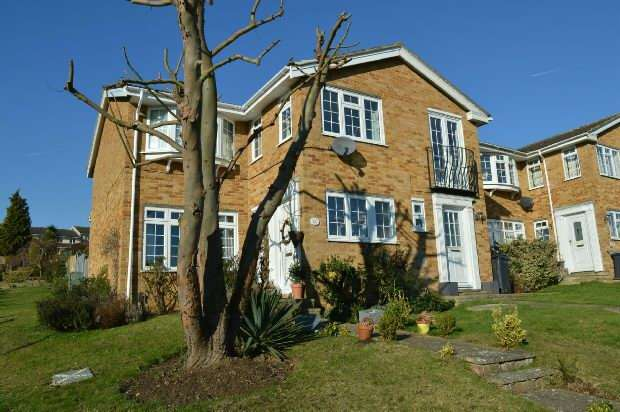 3 Bedrooms End Of Terrace House for sale in Gilders Road, Chessington