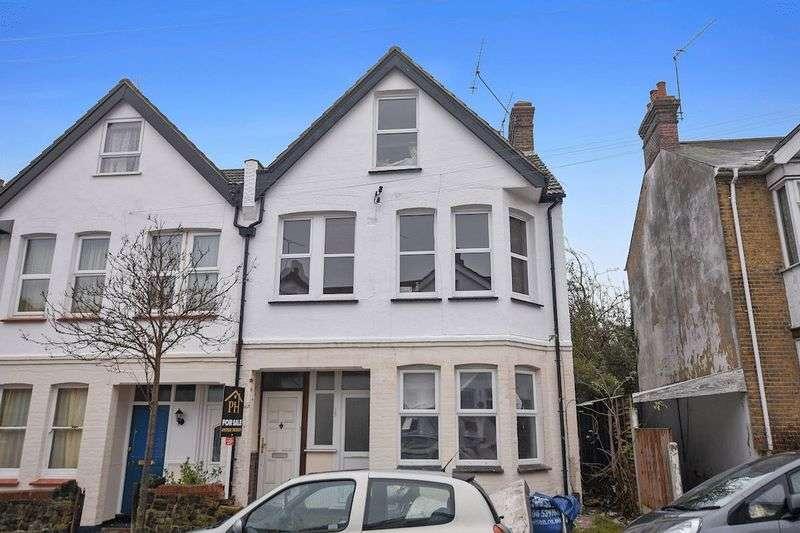 2 Bedrooms Flat for sale in Tintern Avenue, Westcliff-On-Sea