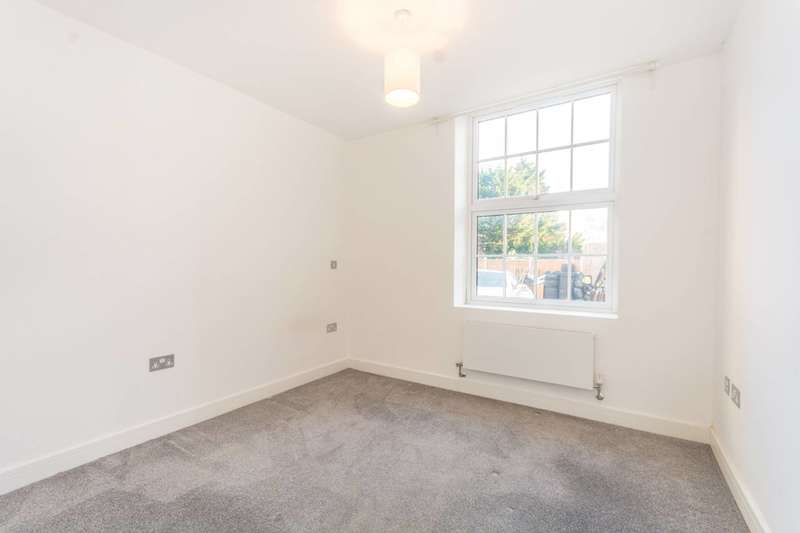2 Bedrooms Flat for sale in Glebelands Court, South Woodford, E18