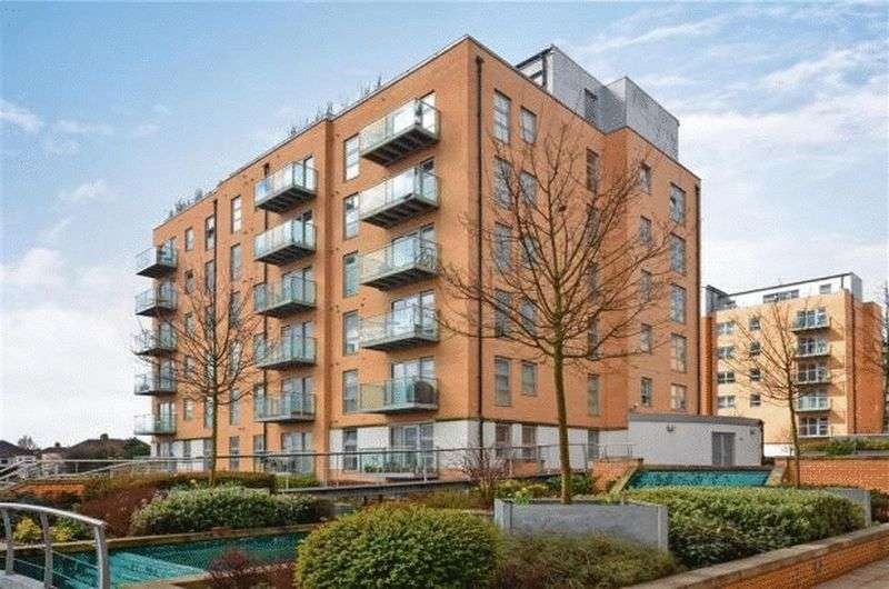 2 Bedrooms Flat for sale in Queen Mary Avenue, South Woodford, E18 2FS