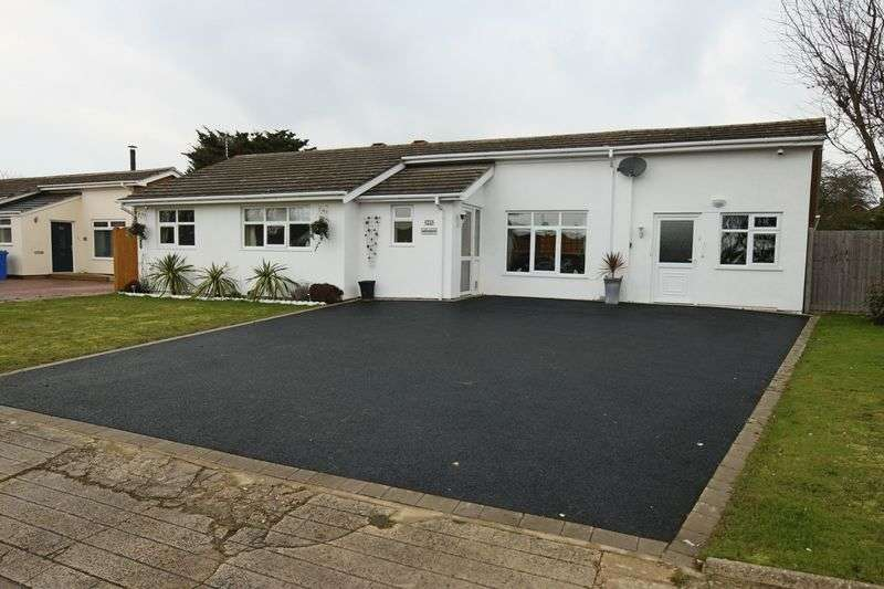 5 Bedrooms Bungalow for sale in Pennygate Drive, Lowestoft
