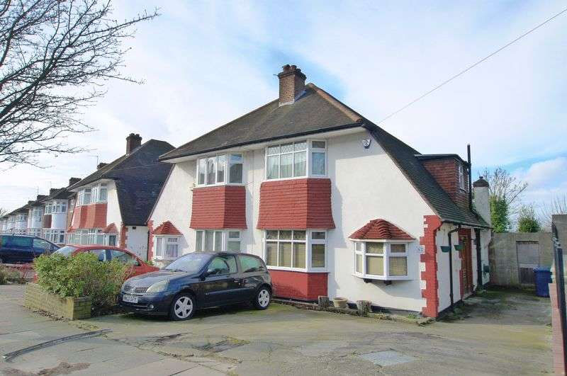 3 Bedrooms Semi Detached House for sale in Chase Way, London
