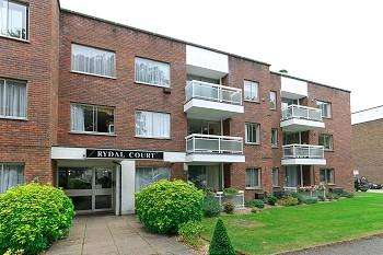 2 Bedrooms Flat for sale in Rydal Court, Stonegrove, Edgware HA8