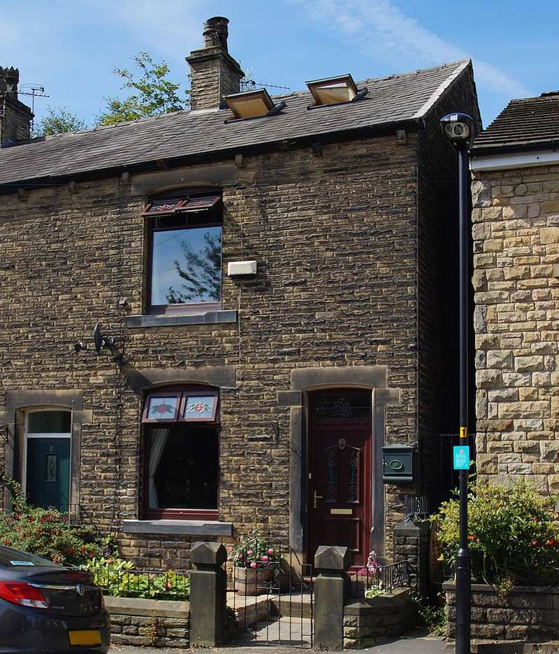 2 Bedrooms Semi Detached House for sale in Greenbridge Lane, Greenfield OL3