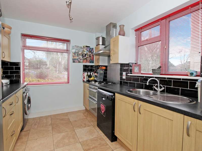 3 Bedrooms Ground Flat for sale in Flat , Chestnut Court, 10 Brackley Road, BECKENHAM, BR3