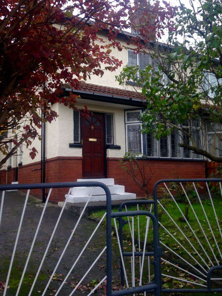 3 Bedrooms Semi Detached House for sale in Easterly Crescent, Leeds LS8