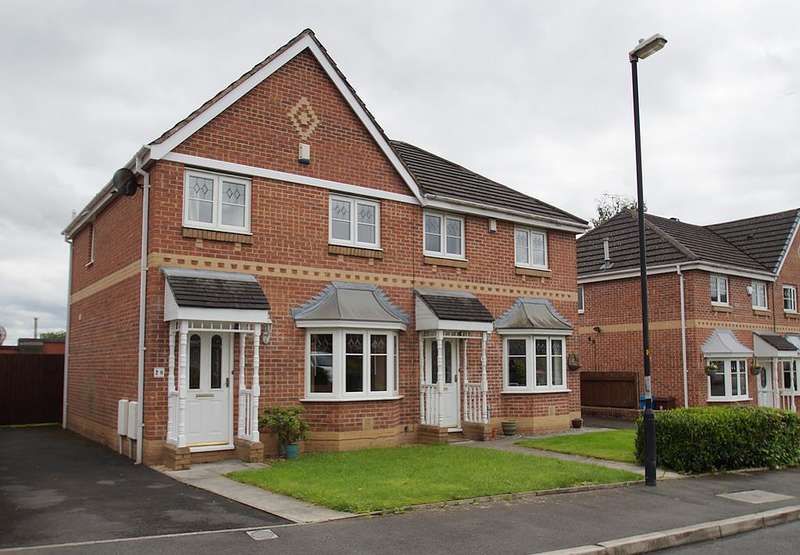 3 Bedrooms Semi Detached House for sale in Woodside Close, Lees OL4