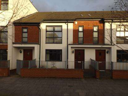 3 Bedrooms Terraced House for sale in Carnival Place, Manchester, Greater Manchester