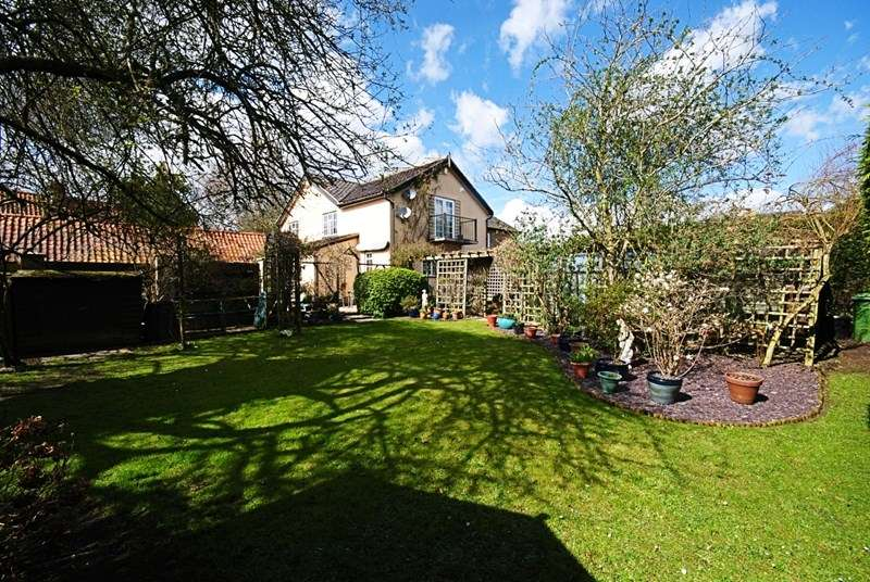 3 Bedrooms Cottage House for sale in Back Street, Garboldisham, Diss