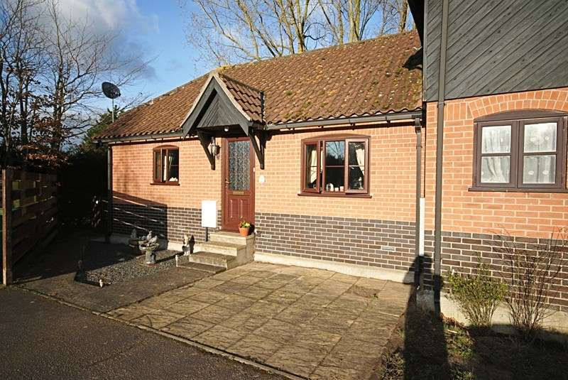 2 Bedrooms Semi Detached Bungalow for sale in Stuston Road, Diss