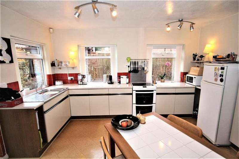 3 Bedrooms Detached Bungalow for sale in Greencroft Court, Dunnington, York, YO19 5NN