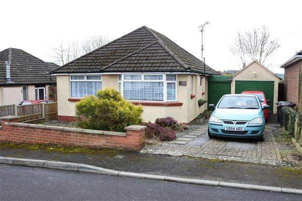 2 Bedrooms Bungalow for sale in Common Mead Avenue, Gillingham