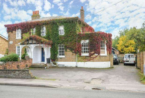 4 Bedrooms Semi Detached House for sale in Straight Road Old Windsor