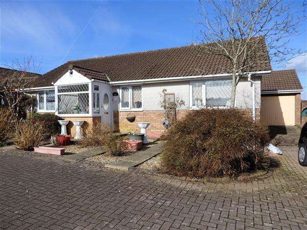 3 Bedrooms Detached Bungalow for sale in Llwyncelyn Close, CAPEL HENDRE, Ammanford