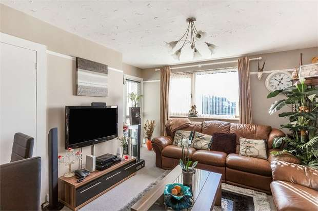 2 Bedrooms Flat for sale in Carlton Road, WALTON-ON-THAMES, Surrey