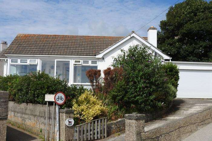 3 Bedrooms Bungalow for sale in SUNNY CORNER, 11 MILL CLOSE, PORTHLEVEN, TR13