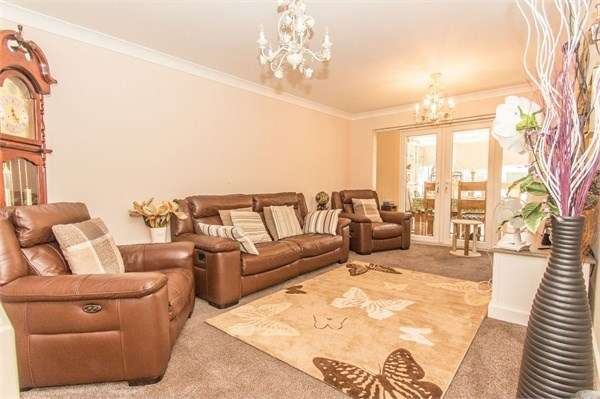 3 Bedrooms Semi Detached House for sale in Lyndene, Benfleet, SS7