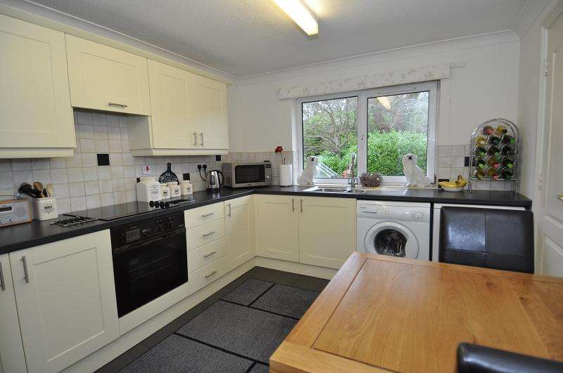 2 Bedrooms Flat for sale in Kings Court, Hebron Hall, Dinas Powys CF64 4SA