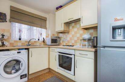 2 Bedrooms Flat for sale in Dunlop Road, Tilbury, Essex