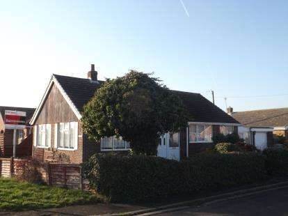 2 Bedrooms Bungalow for sale in James Avenue, Trusthorpe, Mablethorpe