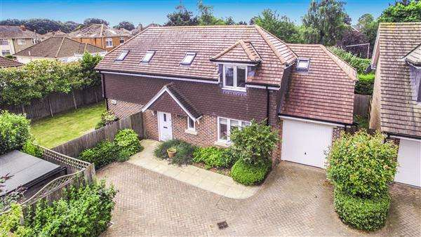 3 Bedrooms Detached House for sale in Canberra Close, Christchurch