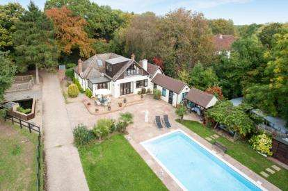 6 Bedrooms Detached House for sale in Templepan Lane, Chandlers Cross, Rickmansworth