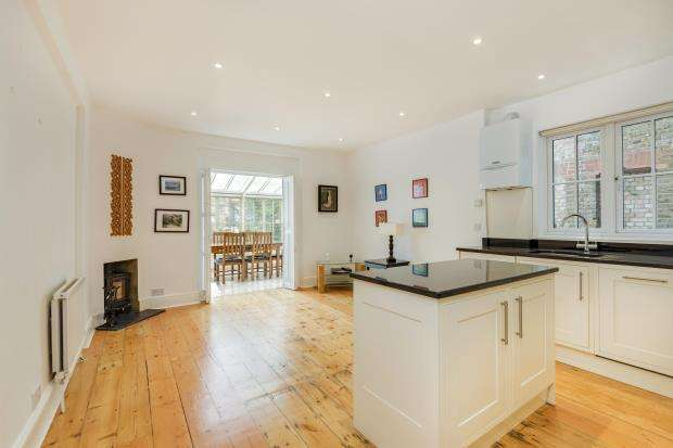 2 Bedrooms Maisonette Flat for sale in Hillside Gardens, Highgate Village, London, N6