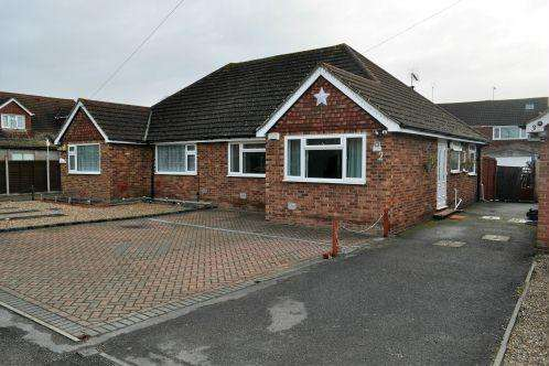 2 Bedrooms Bungalow for sale in Poplar Close, Colnbrook