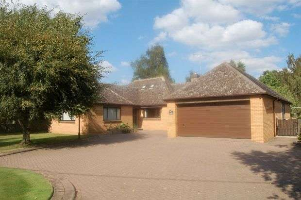 3 Bedrooms Detached Bungalow for sale in Hartwell Road, Roade, Northampton NN7 2NT
