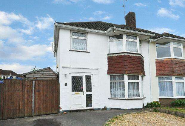 3 Bedrooms Semi Detached House for sale in Ravensbourne Drive, Woodley, Reading,