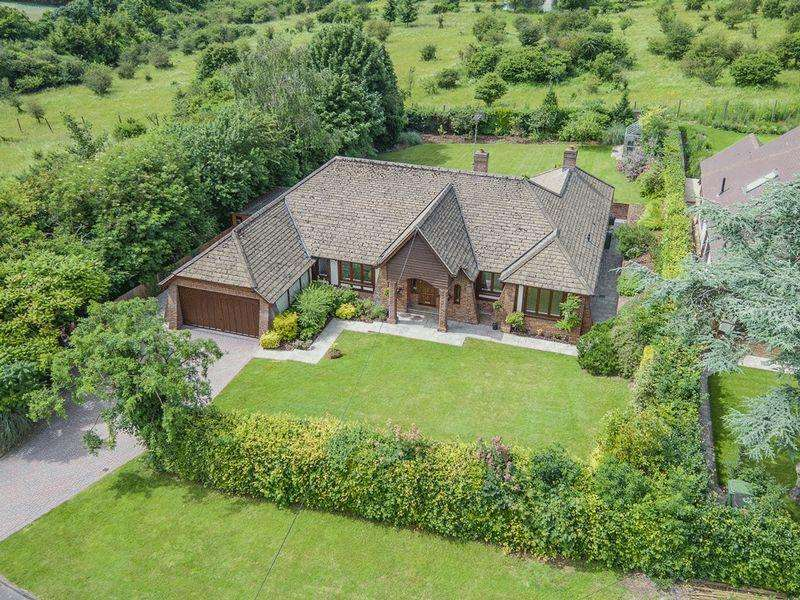 4 Bedrooms Detached Bungalow for sale in SOUTH SIDE LEATHERHEAD