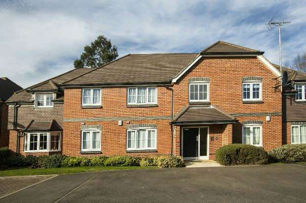 2 Bedrooms Flat for sale in Mays Close, Earley, Reading